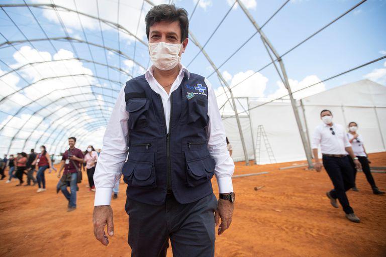 Mandetta visita construção do primeiro hospital de campanha do país, em Águas Lindas (GO), no sábado.
