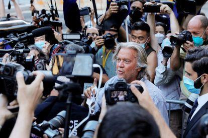 Steve Bannon, ex-estrategista, ao deixar a Corte Federal de Manhattan, em 20 de agosto, após ser acusado de fraude e conspiração.