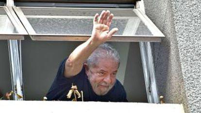 Lula faz uma saudação da sede do Partido dos Trabalhadores.