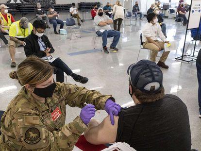 Vacinação com doses da Janssen em 26 de março, em Buffalo (Virgínia Ocidental, Estados Unidos).
