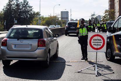 Agentes da Polícia Nacional Espanhola fazem um controle em uma das saídas de Madri, nesta sexta-feira.