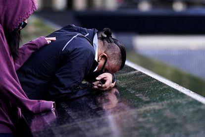 Um homem chora sobre o memorial das vítimas do 11-S, esta sexta-feira em Nova York. Em vídeo, uma cronologia do que aconteceu em 11 de setembro de 2001.