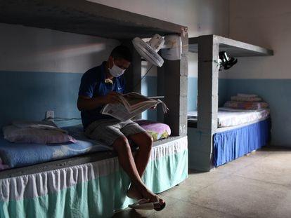Um preso lê um jornal da Igreja Universal em sua cela na APAC de Paço do Lumiar, uma das 50 prisões brasileiras sem guardas nem armas onde mais de 4.000 internos cumprem pena.