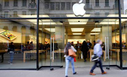 Clientes entram na Apple Store de Zurique, em imagem de arquivo.