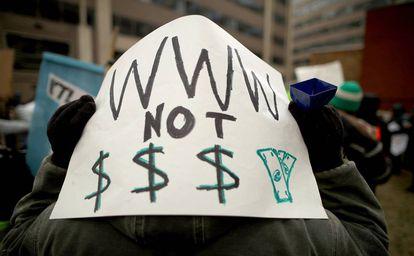 Manifestantes protestam, em Washington, contra o fim da neutralidade da internet nos Estados Unidos.