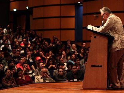 Vallejo lê o seu discurso na Feira de Bogotá.