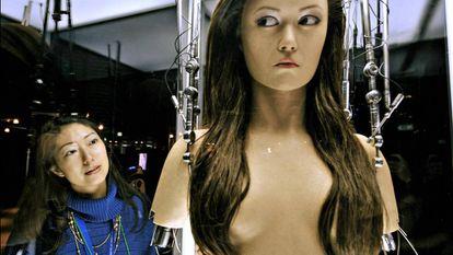 Uma mulher observa um robô