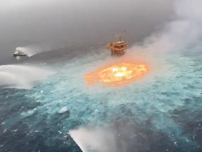 Navios de combate a incêndio foram enviados ao local para evitar que o fogo saísse do controle
