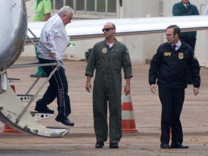 Pizzolato, de branco, desembarca em Brasília.