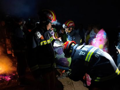 Equipes de resgate trabalham em Baiyin (China) para ajudar os participantes da ultramaratona.
