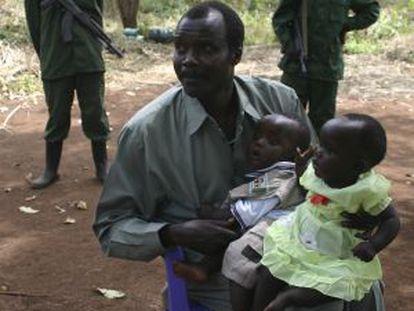O fugitivo Joseph Kony, com seus filhos em 2008.