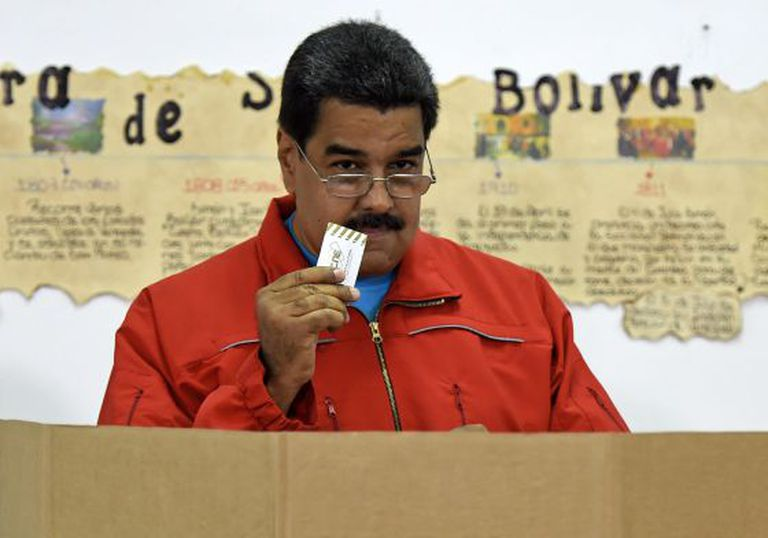 Maduro deposita seu voto