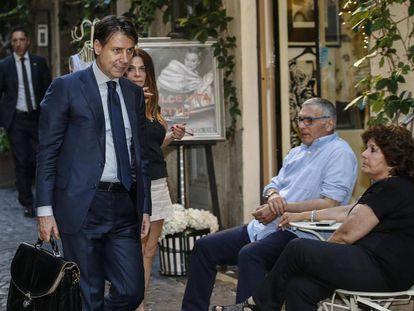 Giuseppe Conte chega à sua casa, no centro de Roma, em 26 de maio de 2018