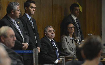 O ex-diretor da Petrobras Paulo Roberto Costa na CPI da Petrobras, em setembro de 2014, ao lado sua advogada à época, Beatriz Catta Preta.