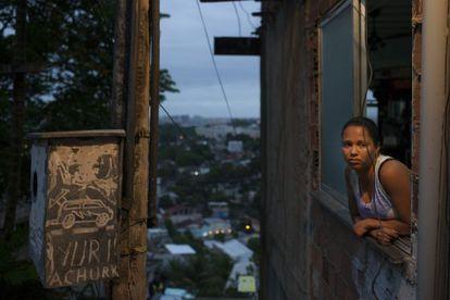 Mulher em uma casa na Cidade de Deus. Rafael Fabres