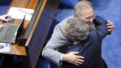Renan Calheiros abraça o senador petista Jorge Viana.