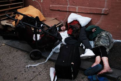 Consumidores de drogas caídos no distrito nova-iorquino do Bronx.