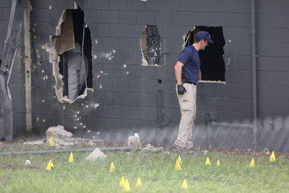 Agente realiza perícia na boate Pulse.
