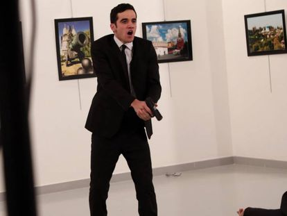 O momento do ataque contra o embaixador russo.