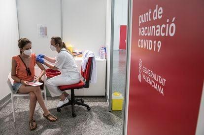 Uma jovem recebe a primeira dose da vacina, na quarta-feira, em Valência, na Espanha.