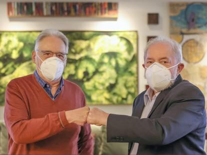 Luiz Inácio Lula da Silva e Fernando Henrique Cardoso se encontram para almoço, em foto divulgada nas redes sociais.
