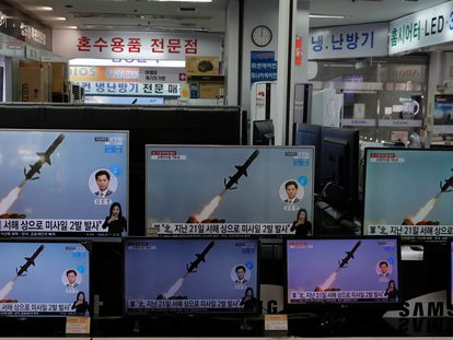 Televisores de uma loja na Coreia do Sul mostram o lançamento de mísseis da Coreia do Norte, nesta quarta-feira.