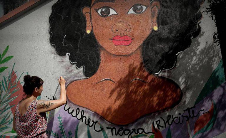 Grafiteira pinta mural em São Paulo.