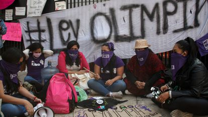 Olimpia Coral e mulheres feministas se manifestaram pacificamente em frente ao Senado mexicano.