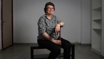 Sara Medrano, tesoureira da Afinsyfacro, uma associação espanhola de pacientes de fibromialgia e fadiga crônica, na sede da entidade.