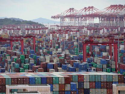 Centenas de contêineres de carga nesta segunda-feira no porto de Xangai.