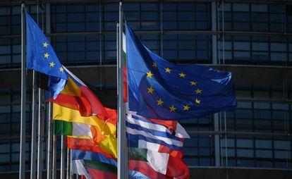 Fachada do Parlamento Europeu, em Estrasburgo (França), com as bandeiras dos países membros da União Europeia.