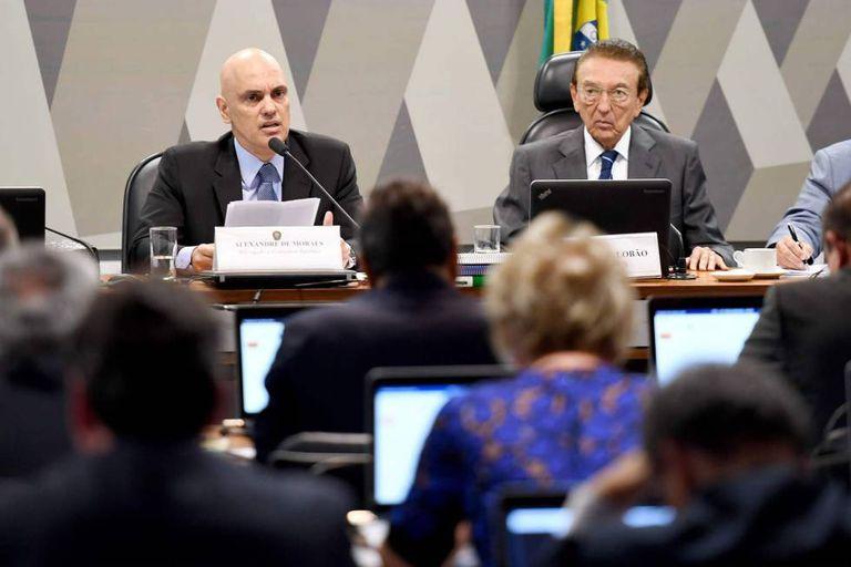 Alexandre de Moraes (à esq.) ao lado de Edison Lobão, presidente do Senado, durante a sabatina na CCJ nesta terça-feira.