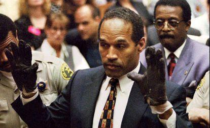 O.J. Simpson durante o julgamento pelo assassinato de sua ex-mulher e do seu parceiro, em 1995.