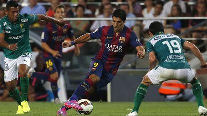 Luis Suárez dribla dois rivais.