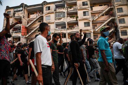 Grupos próximos ao Governo de Díaz-Canel caminham pelas ruas de Havana nesta segunda-feira.