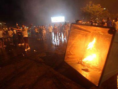 Uma manifestação contra a acumulação de lixo acaba com 100 feridos.