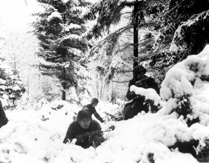 Soldados norte-americanos na neve durante a batalha das Ardenas, em dezembro de 1944.