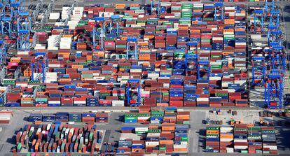 Contêineres em um terminal de carga no porto de Hamburgo.