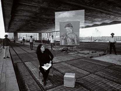 Lina Bo Bardi, em 1967, no vão livre do Masp, ao lado do suporte de vidro, com obra de Van Gogh, criado por ela para a Pinacoteca da instituição.