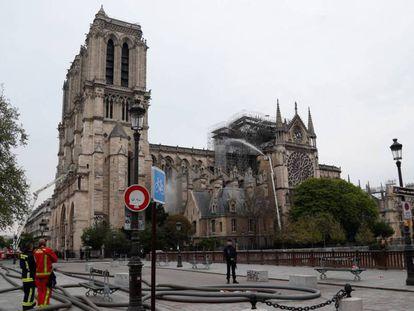 Bombeiros trabalham na Notre-Dame, besta terça-feira.