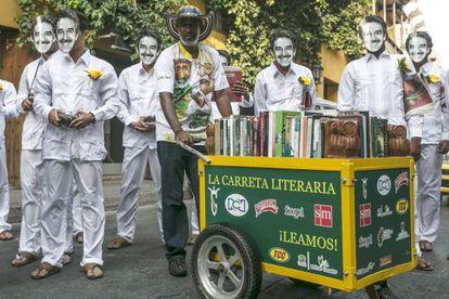 Martín Murillo, com seu carrinho literário.