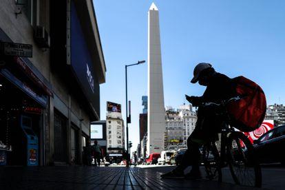 Entregador de comida no mês passado em uma avenida do centro de Buenos Aires.