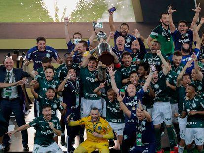 Los futbolistas del Palmeiras celebran el título de la Libertadores.