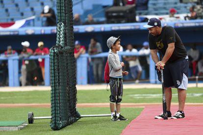 Jogador do Tampa Bay Rays conversa com um menino no Estádio Latino-Americano.