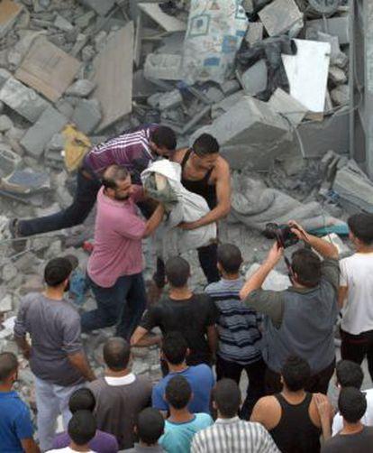Resgate do corpo de um dos mortos, nesta sexta-feira, em um ataque a Rafah.