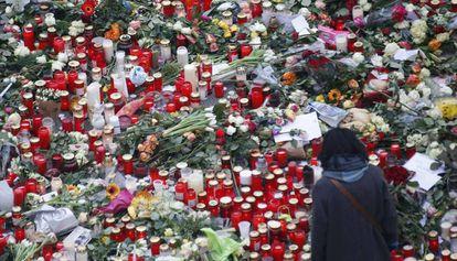 Altar improvisado cerca do mercado navideño em Berlim.
