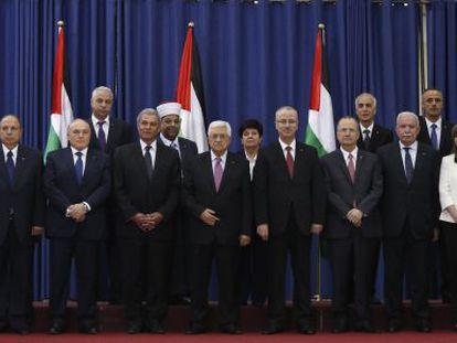 Abbas e ministros do novo Governo palestino.