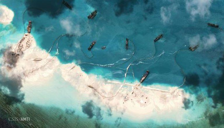Imagem aérea dos barcos chineses em um arrecife nas ilhas Spratly.