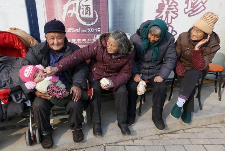 Foto de arquivo de vários idosos junto a um bebê na localidade de Jiaxing na província chinesa de Zhejiang