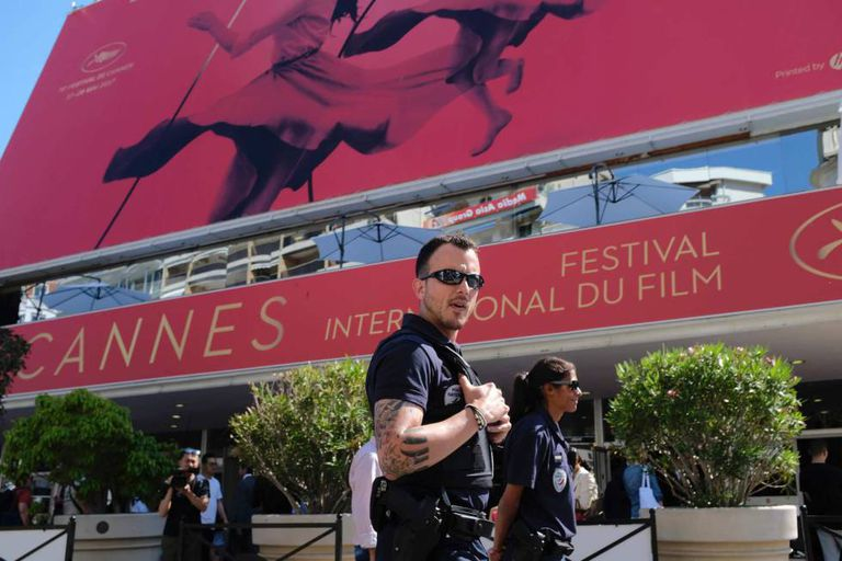 Patrulha policial vigia a porta lateral do Palácio dos Festivais de Cannes.
